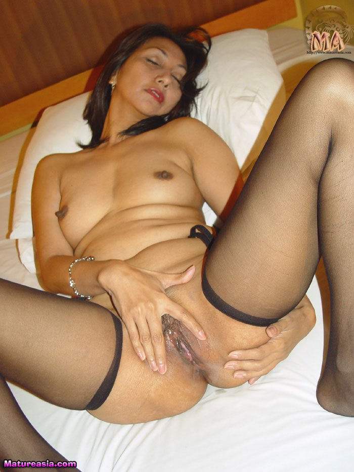 Asian cougar with amazing hot body fucks ass